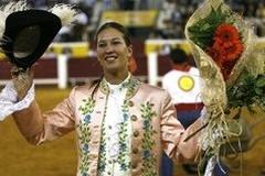 Ana Rita a ombros, com 3 orelhas e rabo em La Aljorra