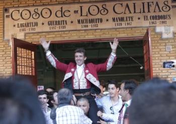 Pablo em ombros e uma orelha para Léa Vicens em Córdoba